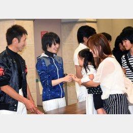 7月9日の福島競馬場では「チャリティゼッケン販売&ジョッキー握手会」が行われた(中央・藤田菜七子騎手、左・蛯名正義騎手)