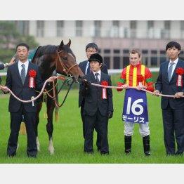 鞍上ムーアでG12勝(左端が戸川代表)