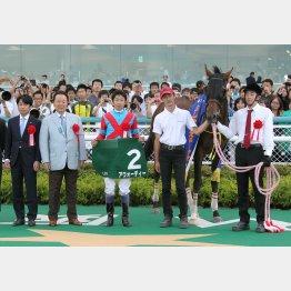 松永幹調教師(左)と武豊騎手(中央)