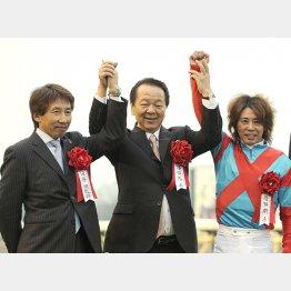 2011年フェブラリーSに勝って前田オーナー(中央)と記念撮影(左は安田調教師)
