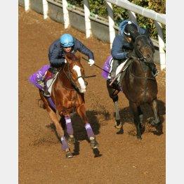 きのうの追い切りにはボウマンが騎乗(左)