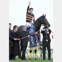GⅠ7勝目は有馬記念だった(2017年12月24日、武豊騎手と北島オーナー=中央)