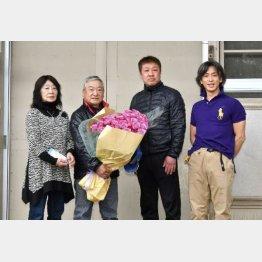 木曜の引退セレモニー(左からみゑ子夫人、星野師、土田厩務員、星野助手)