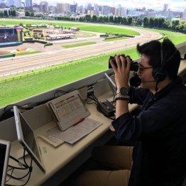 〈60〉帯広競馬場で実況をしている太田裕士さん(2)